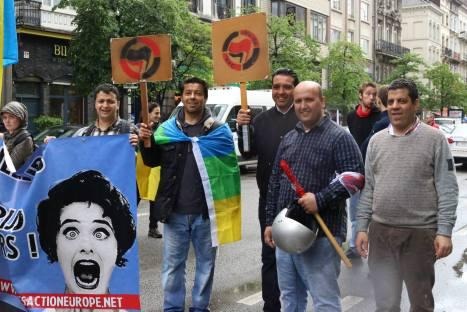 Jeunes antifa bien démocrates et pacifistes comme l'indique le casque, le drapeau même pas déroulé et les pancartes au manche bien solide !