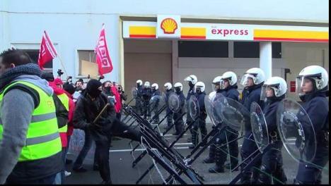 """Gentils et jeunes syndicalistes démocrates """"dialoguant"""" avec la police"""