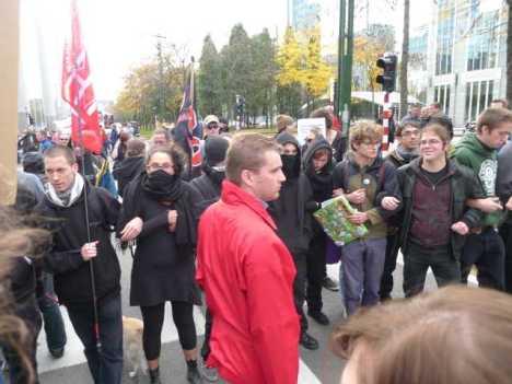 A gauche du service d'ordre, un de ces membres portent le drapeau du Secours Rouge, groupe qui soutient les mouvements terroristes dans le monde...
